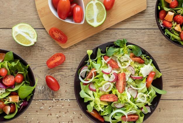 Pratos planos leigos com saladas