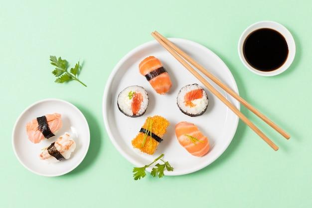 Pratos planos leigos com sushi