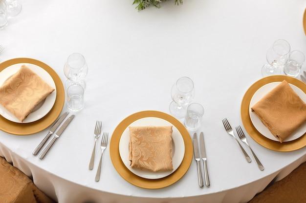 Pratos sofisticados servidos na mesa de jantar