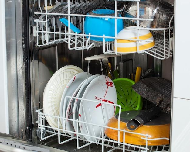 Pratos sujos carregados em uma máquina de lavar louça