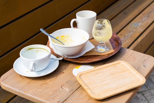 Pratos sujos na mesa de um café de rua.