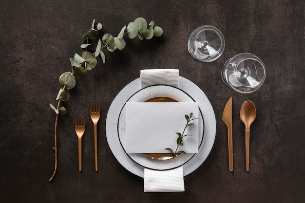 Pratos, talheres e copos planos