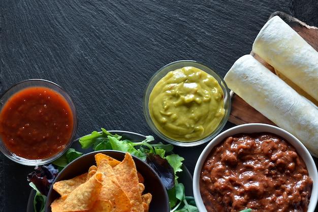 Pratos típicos do méxico fizeram guacamole, chili com carne, frango, legumes e nachos