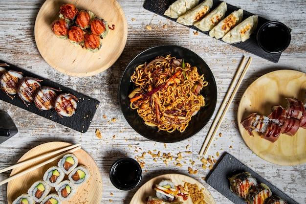 Pratos tradicionais japoneses servidos em mesa de madeira