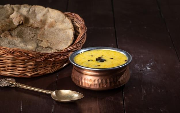 Pratos tradicionais kadhi sogra do rajastão são consumidos no rajastão durante o inverno