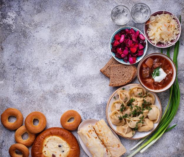 Pratos tradicionais russos, doces e vodka