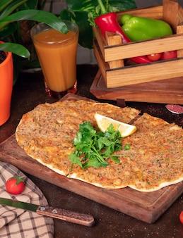 Pratos turcos: lahmacun, pizzas turcas, limão, salsa
