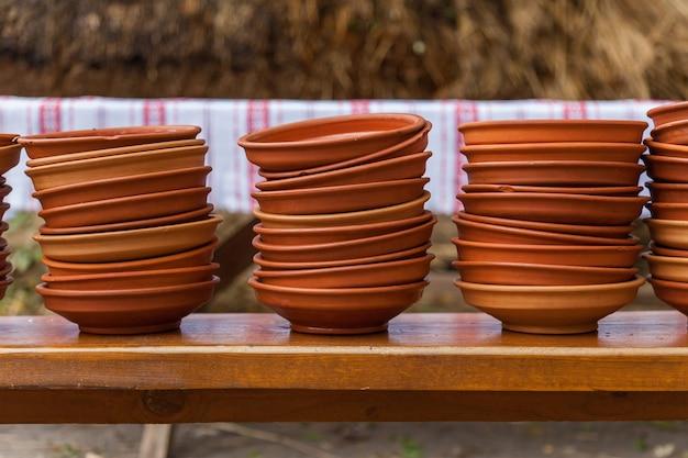 Pratos ucranianos de barro e vidro, potes e garrafas velhas