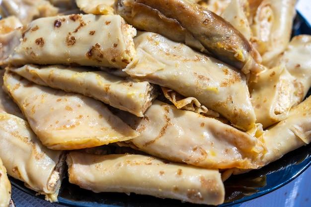 Pratos ucranianos - panquecas caseiras recheadas de queijo cottage branco com passas, close-up