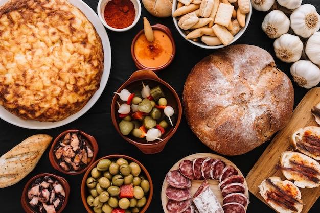 Pratos variados perto de pão e alho