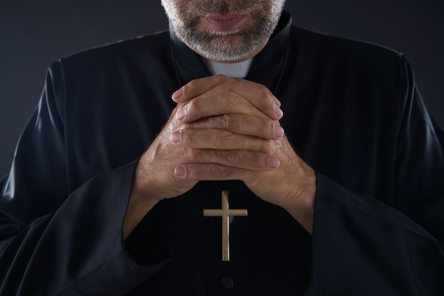 Praying hands priest portrait de pastor masculino