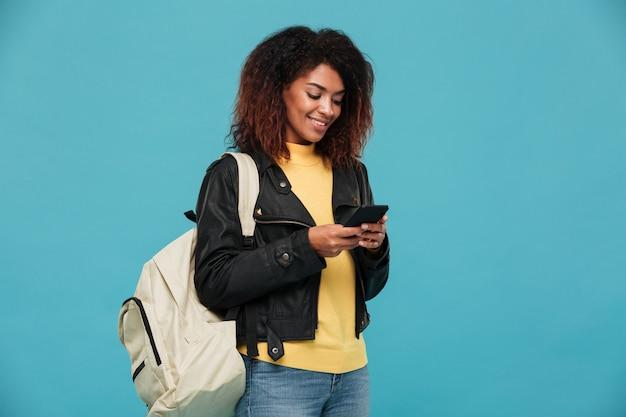 Prazer mulher africana na jaqueta de couro com mochila