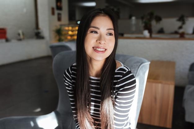 Prazer mulher asiática sentado na cantina