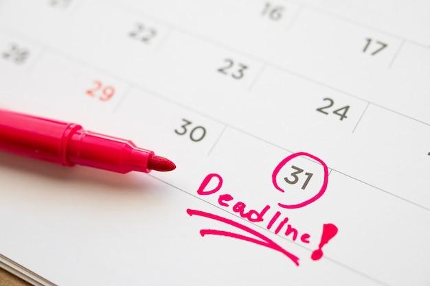 Prazo de gravação na data da página do calendário em branco close-up