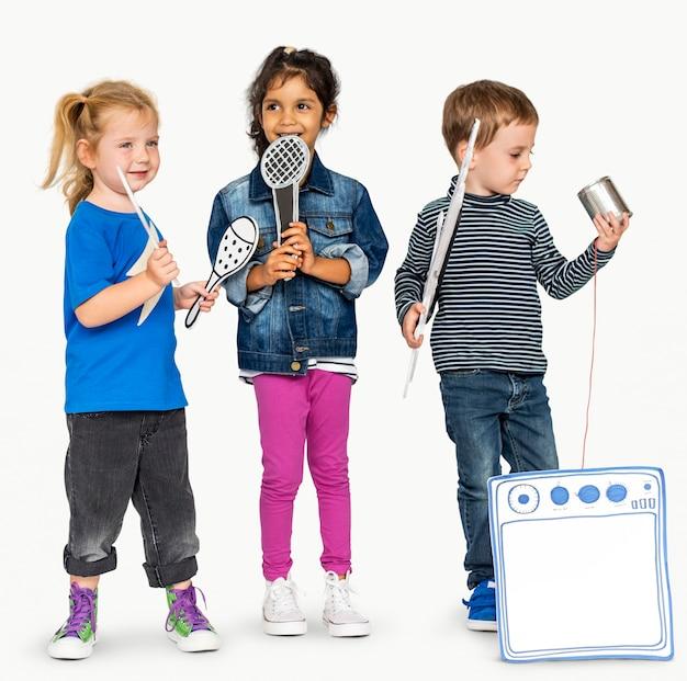 Pré-escolar crianças meninos e meninas casual estúdio lazer