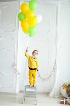 Pré-escolar menino se divertindo em seu aniversário e se divertindo