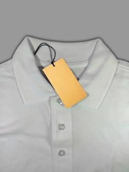 Preço de etiqueta em camisa pólo branca isolada em fundo cinza