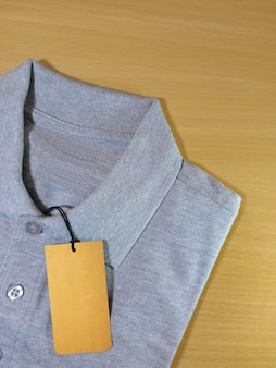Preço de etiqueta em camisa pólo cinza atlética