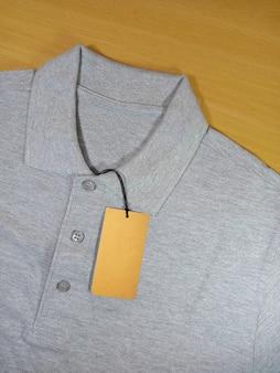 Preço de etiqueta em camisa pólo cinza