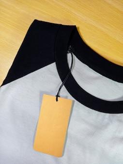 Preço de etiqueta em camiseta raglan dobrada