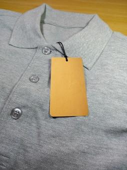 Preço de etiqueta na camisa polo cinza urze