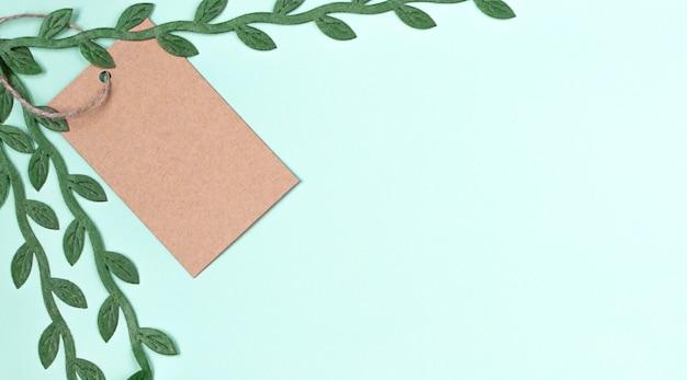 Preço de rótulo fresco de ecologia sobre fundo azul com folhas verdes.