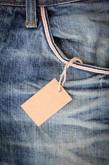 Preço de tag em branco no bolso de jean azul
