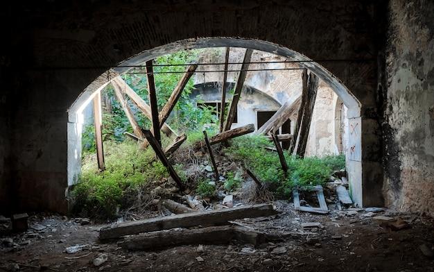 Prédio abandonado e arruinado