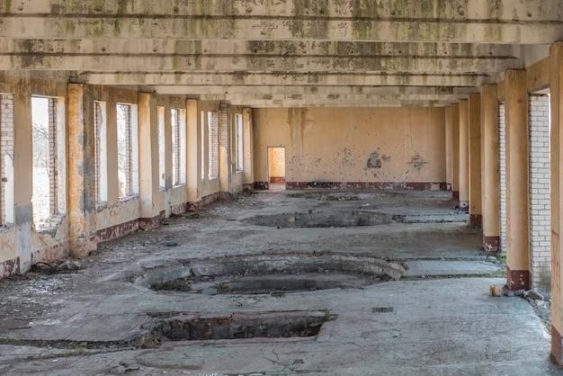 Prédio abandonado, eco da guerra. casa sem janelas e portas