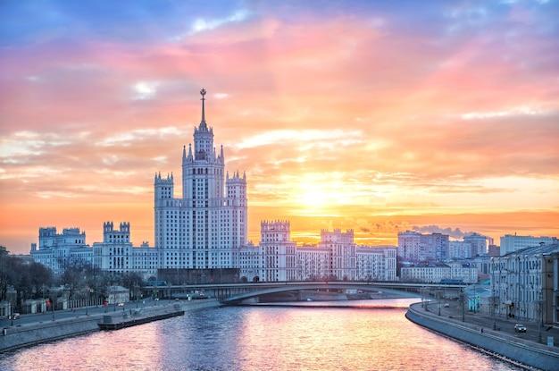 Prédio alto no dique kotelnicheskaya em moscou