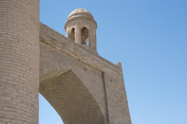 Prédio antigo com arco e cúpula. os edifícios antigos da ásia medieval. bukhara, uzbequistão