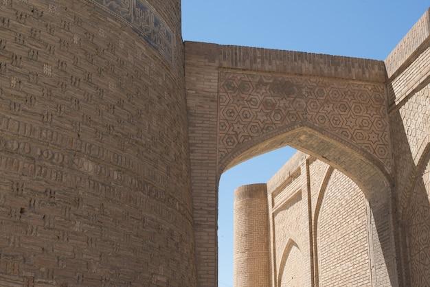 Prédio antigo com arco e passagem. os edifícios antigos da ásia medieval. bukhara, uzbequistão