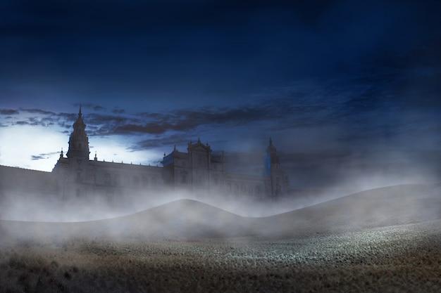 Prédio antigo com névoa assustadora na noite