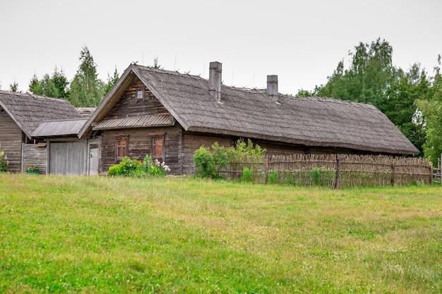 Prédio antigo de madeira em um campo