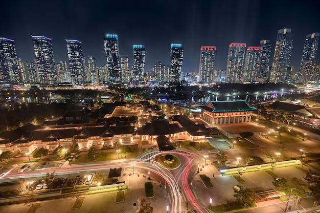 Prédio arranha-céu com iluminação tradicional de hotel no songdo central park em incheon, coreia do sul
