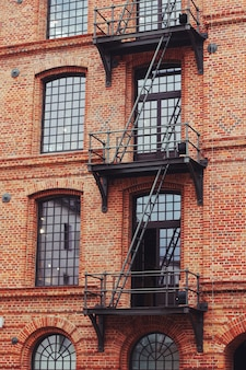 Prédio com escadas de emergência externas