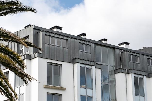 Prédio com telhado de zinco