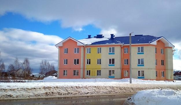 Prédio de apartamentos colorido contra o céu azul