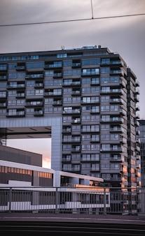 Prédio de apartamentos com varandas