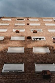 Prédio de apartamentos na cidade com aparelhos de ar condicionado
