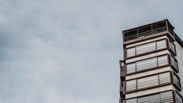 Prédio de apartamentos na cidade com espaço de cópia