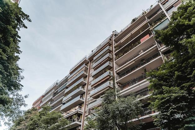 Prédio de apartamentos na cidade com vegetação