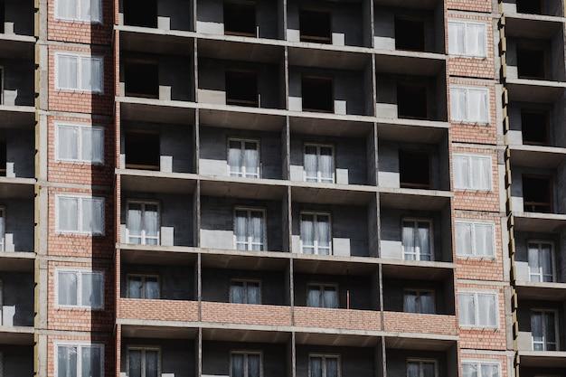 Prédio de construção industrial e novas casas residenciais