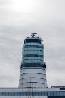 Prédio de controle de tráfego aéreo no aeroporto