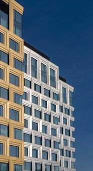 Prédio de escritórios de vários andares feito de vidro e metal.