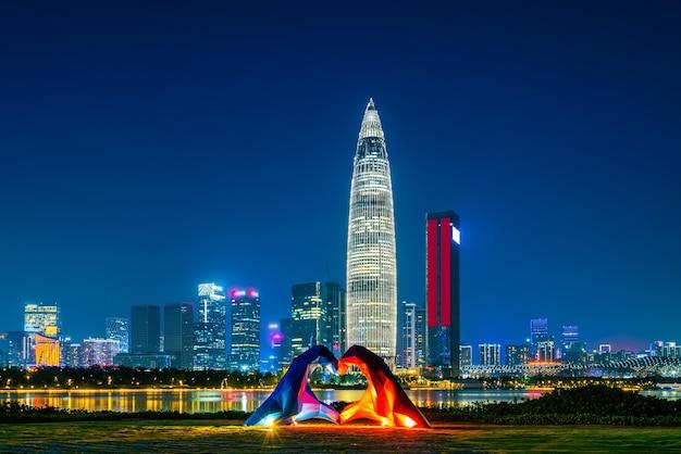 Prédio de escritórios e visão noturna do distrito financeiro de shenzhen