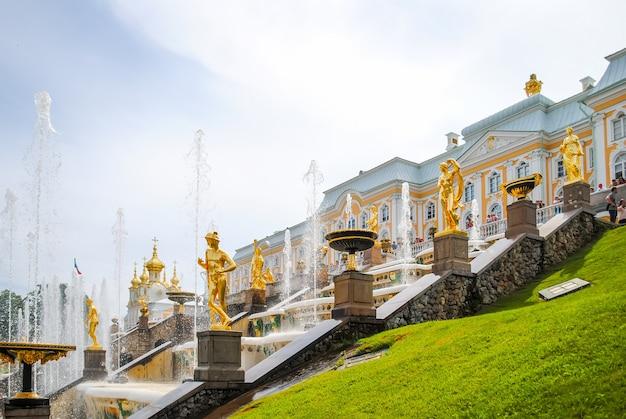Prédio de luxo com estátuas de ouro
