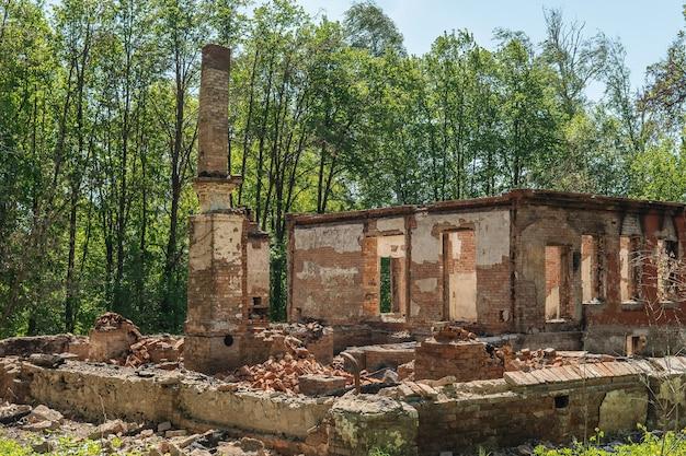Prédio de tijolos após o incêndio. restos da chaminé.