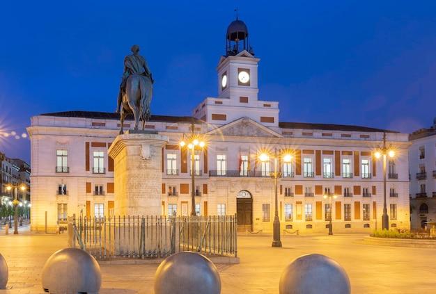 Prédio do governo de madrid na puerta del sol - hora azul.