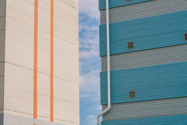 Prédio dois. prédio para loja, oficina, garagem e outras necessidades industriais. parede de tijolo branco com janelas metálicas e close-up de tijolos azuis com tubos de drenagem brancos com espaço de cópia.